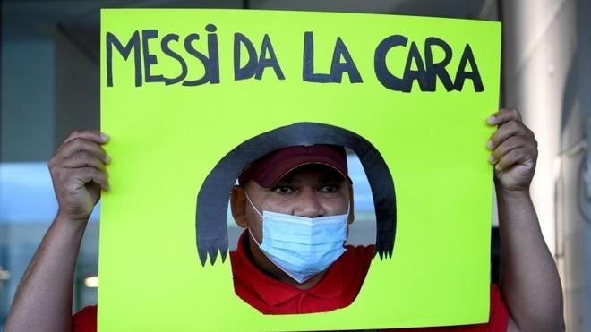 La pancarta de un aficionado contra Leo Messi