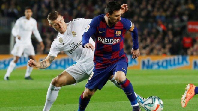 Toni Kroos y Leo Messi en un clásico Real Madrid vs Barcelona