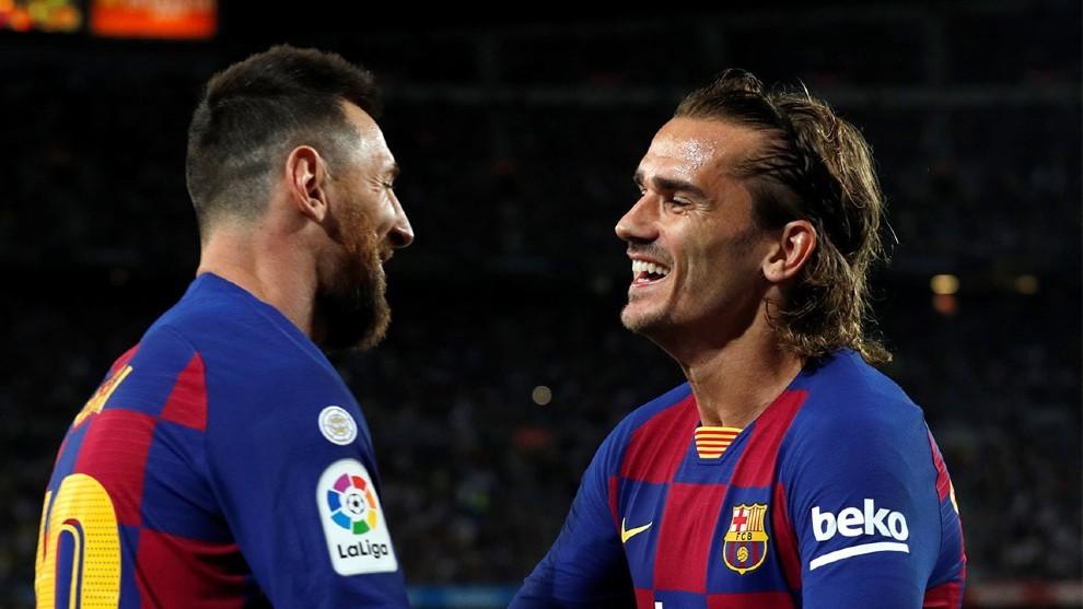 Messi y Griezmann celebran un gol.