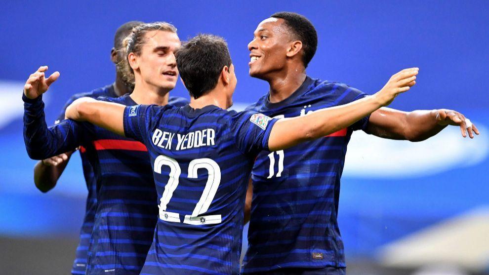 Griezmann, Ben Yedder y Martial celebran uno de los goles de Francia.