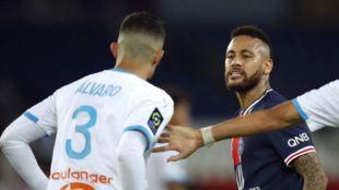 Álvaro y Neymar durante la pelea que dejó el clásico francés.