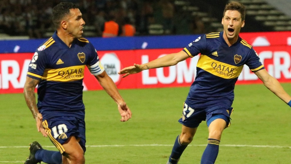 Carlos Tevez y Franco Soldano celebran un gol, ambos irían desde el...