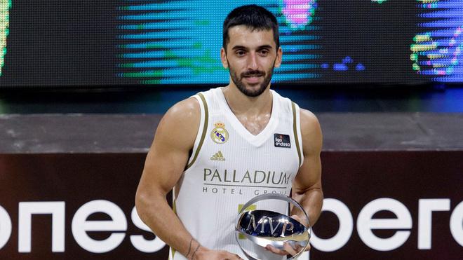 Facundo Campzzo con el trofeo de MVP de la Supercopa de España