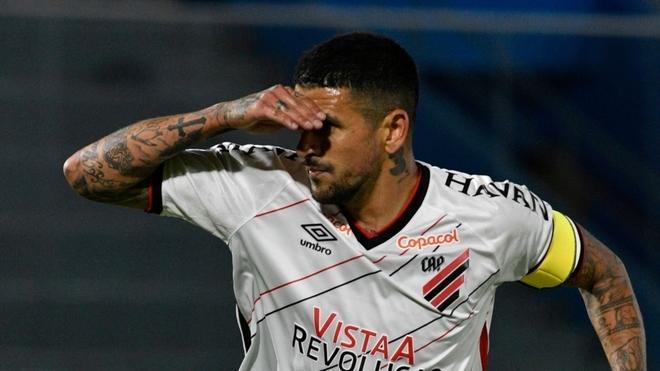 Lucho González convirtió en el triunfo del Athletico Paranense en...