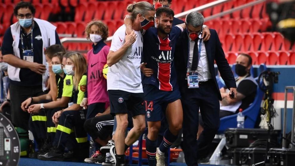 Juan Bernat se retira lesionado del campo ante el Metz