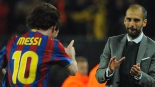 Messi celebra un gol junto a Pep.