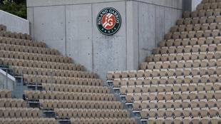 Las gradas de una pista de Roland Garros vacías.