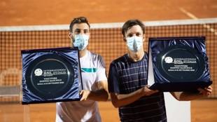 Marcelo Granollers y Horacio Zeballos sotienen el, trofeo.