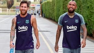 Leo Messi junto a Arturo Vidal en un entrenamiento del Barcelona.