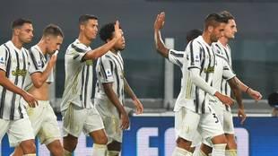 Los jugadores de la Juventus, celebrando uno de los goles ante la...