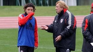 Marcelo Gallardo recibe indicaciones de Merlo durante una práctica de...