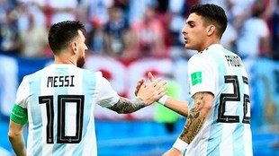 Leo Mesi y Cristian Pavón se saludan durante un partido en Rusia...