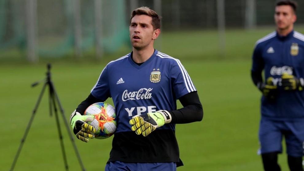 Emiliano Martínez durante una práctica en el seleccionado argentino.