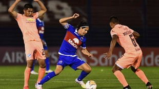 Morales disputa la pelota contra Machado.