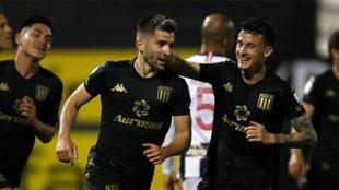 Benjamín Garré celebra el segundo gol de Racing