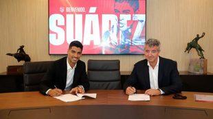 Luis Suárez y Gil Marín cerrando el contrato del uruguayo con el...