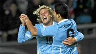 Forlán y Suárez con la camiseta de Uruguay.