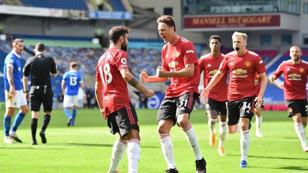 Los jugadores del Manchester United celebra su victoria ante el...