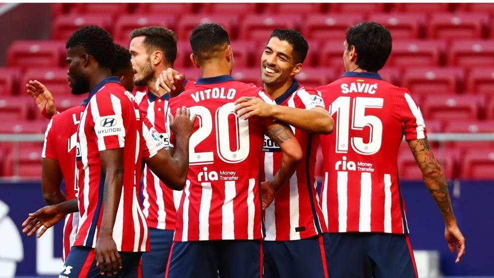 Los jugadores del Atlético celebran un gol de Luis Suárez contra el...