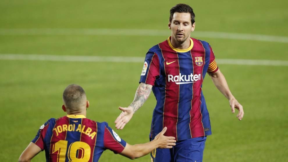 Leo celebra su gol de penal con Jordi Alba.