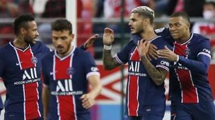 Mauro Icardi, felicitado por sus compañeros del PSG tras marcar ante...