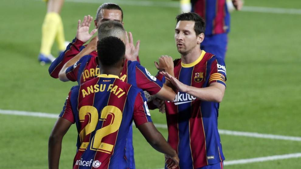 Ansu Fatti, junto a Griezmann y Messi celebrando uno de sus goles con...