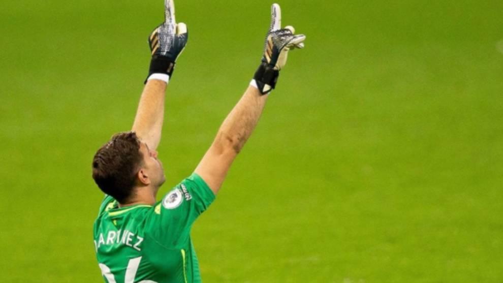 'Dibu' Martínez festeja con el Aston Villa en la Premier