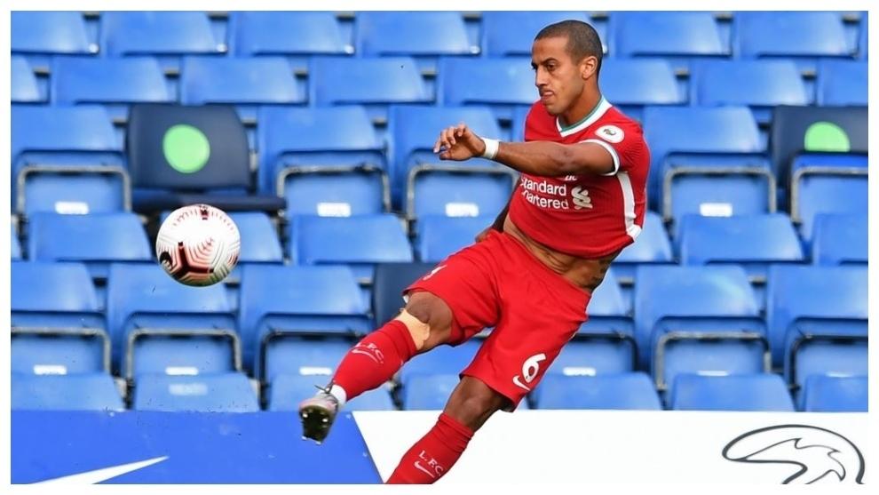 Thiago Alcántara, durante un partido con el Liverpool.