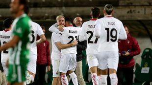 Los jugadores del Milan celebran su agónica clasificación.