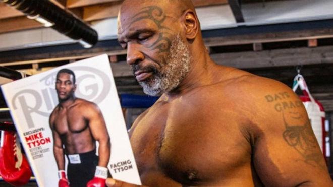 Mike Tyson muestra una portada de The Ring con foto de él mismo de...