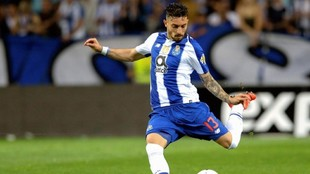 Alex Telles durante un partido con el Porto.