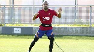 Rafinha se ejercita con el Barcelona.