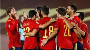 Los jugadores de España se abrazan para celebrar el triunfo contra...