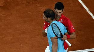 Novak Djokovic y Rafa Nadal se saludan tras el partido.