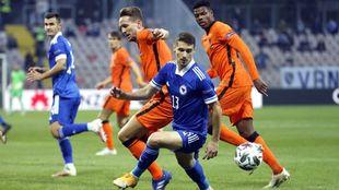 De Jong pugna por un balón en el duelo ante Bosnia.