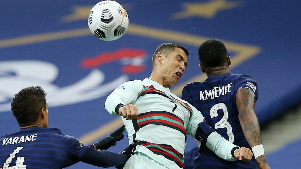 Varane y Kimpembe disputan un balón aéreo a Cristiano Ronaldo.