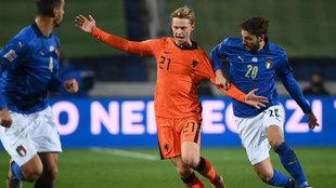 De Jong es agarrado por Locatelli durante el Italia vs Holanda.