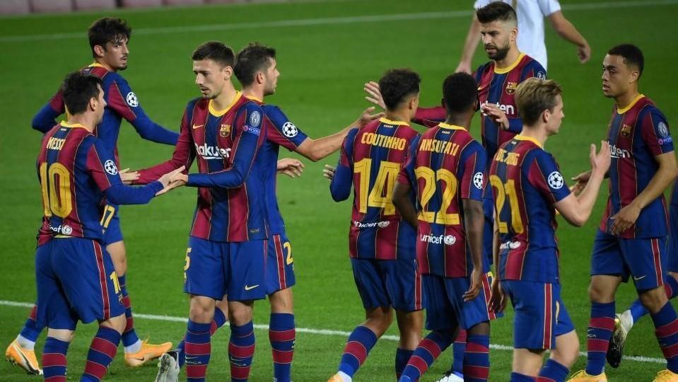 Los jugadores del Barcelona celebran el 1-0 de Messi, de penal.
