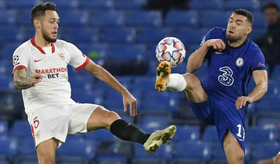 Ocampos y Kovacic disputan un balón dividido.