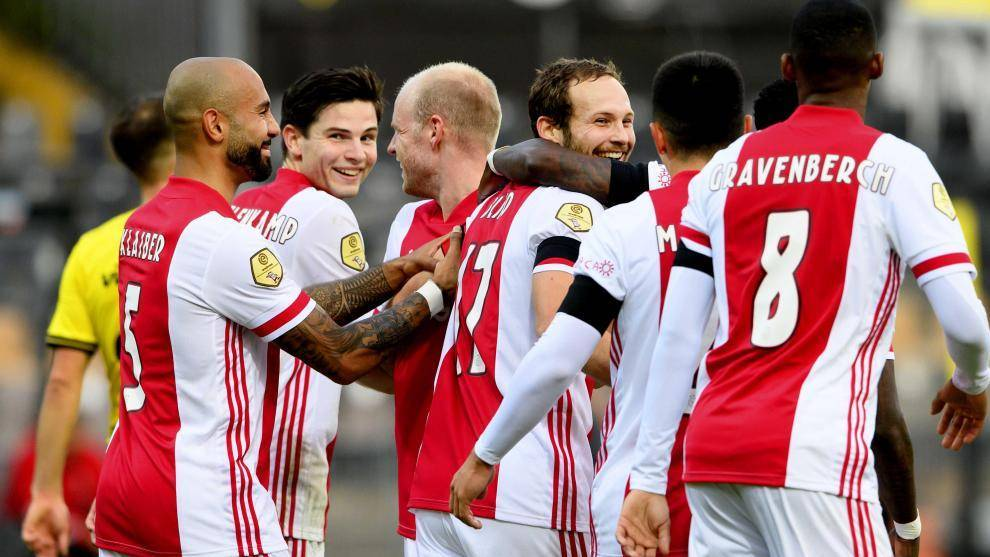 Los jugadores del Ajax celebran un gol contra el VVV Venlo.