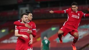 Diogo Jota y Firmino celebran un gol del Liverpool contra el Sheffield...