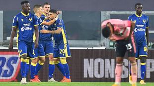 Los futbolistas del Hellas Verona festejan su tanto ante la Juventus.