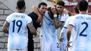 Lionel Scaloni festeja el primer gol ante Bolivia junto a los...