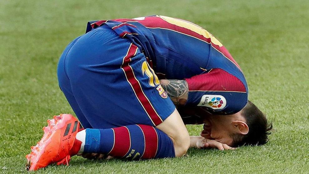 Leo Messi se lamenta tras una jugada.