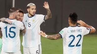 De Paul, Lautaro y Paredes celebran junto a Messi el gol contra...