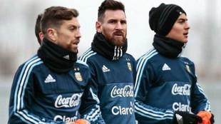 Papu Gómez, junto a Messi y Dybala durante un entrenamiento.