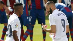 Benzema da instrucciones a Vinícius en el duelo ante el Levante