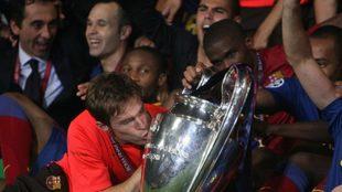 Alexander Hleb besa la Champions League obtenida con Barcelona