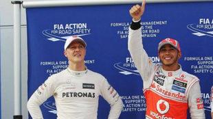 Hamilton saluda, con Schumacher a su lado.