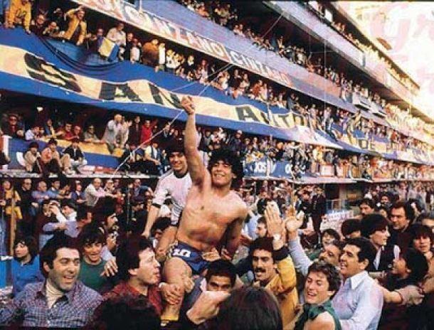 Diego es llevado en andas tras consagrarse con Boca campeón local en 1981, su primer trofeo como profesional.